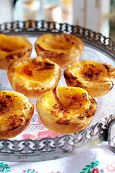 The recipe for Pastéis de nata (vanilla tart) and more free recipes on LECKER.de The recipe for Pastéis de nata (vanilla tart) and more free recipes on LECKER. Winter Desserts, Mini Desserts, No Bake Desserts, Sweet Recipes, Cake Recipes, Tasty Bakery, Novelty Birthday Cakes, Portuguese Recipes, Baking Cupcakes