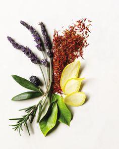 Aveda's defenitie van een natuurlijk ingrediënt is een ingrediënt waarbij 50% van de moleculen afkomstig is van planten of mineralen die geen petrochemicaliën bevatten.