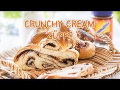 Die feine Kombination von Butterzopf und Ovomaltine Crunchy Cream. Bei diesem Rezept ist Crunchy Cream nicht nur drauf sondern auch gleich mit drin. Diese ultimative Züpfe darf bei keinem Frühstück fehlen. Und wenn es dann immer noch zu wenig Ovomaltine Crunchy Cream ist: Das Stück einfach noch bestreichen! Brunch, Quiche, Cookies, Desserts, Accusations, Ajouter, Texas, Boards, Dreadlocks