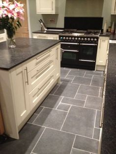 New kitchen tile floor with oak cabinets cream ideas Grey Floor Tiles, Grey Flooring, Kitchen Flooring, Flooring Ideas, Black Floor, Black Tiles, Tile Flooring, Kitchen Floor Tiles, Grey Kitchen Floor