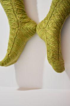 Rainbow Project : Des vertes et des pas mûres   Socks, Fashion, Knitting Socks, Sheep, Green, Moda, La Mode, Sock, Fasion
