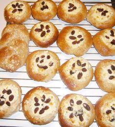 Múku zmiešame so soľou a sušeným droždím. Do nádobky pekárne vlejeme vlažné mlieko,acidko,olej a žĺtka. Vsypeme múku, cukor a necháme vymiesiť... Doughnut, Muffin, Breakfast, Desserts, Food, Basket, Morning Coffee, Tailgate Desserts, Deserts