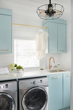 Gorgeous and bright blue laundry room / Precioso cuarto de lavado en azul - Casa Haus Decoración Laundry Room Remodel, Laundry Room Cabinets, Blue Cabinets, Laundry Room Organization, Laundry Room Design, Laundry In Bathroom, Upper Cabinets, Turquoise Cabinets, Laundry Area