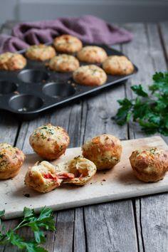 PIZZAMUFFINS – Mat Til Familien Mozzarella, Baked Potato, Pizza, Potatoes, Baking, Ethnic Recipes, Food, Families, Potato