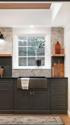 Kitchen Redo, Home Decor Kitchen, New Kitchen, Kitchen Ideas, Kitchen Small, Earthy Kitchen, Fixer Upper Kitchen, Two Tone Kitchen, Timeless Kitchen