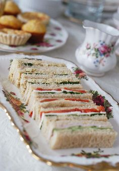 Tea: Pretty Finger sandwiches for afternoon tea. (Menu for afternoon tea) Mini Sandwiches, Finger Sandwiches, Sandwiches Afternoon Tea, Afternoon Tea Parties, Afternoon Tea Recipes, Green Tea Macarons, Vintage Tea, Coffee Break, Finger Foods