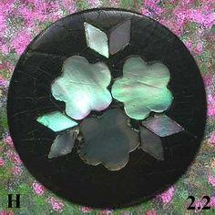 Collection de boutons anciens de vêtements. Thème les fleurs