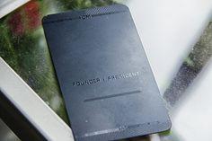 Elitarna, gruba wizytówka z czarnej stali nierdzewnej. Bardzo wytrzymała i ekskluzywna – zdecydowanie produkt z najwyższej półki.