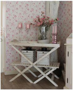Butler tray en bloemetjes behang, landelijke en brocante woonkamer