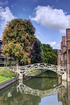 Discover Mathematical Bridge in Cambridge, England: Local legend says Isaac Newton built this footbridge without any screws, bolts, or nails. Best University, Cambridge University, Cambridge Architecture, Queen's College, Cambridge Uk, Local Legends, Down The River, Urban Planning, Garden Bridge