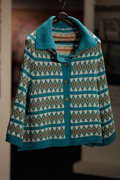 Poncho azul e amarelo, de lã, da Catarina Cunha Pereira na série Depois do Adeus