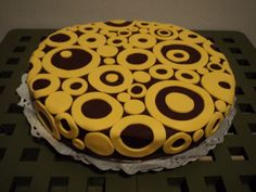 pastís xocolata i taronja decorat amb fondant groc