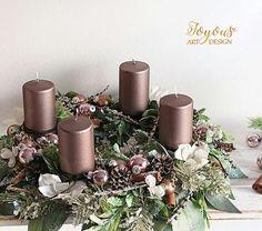 Rustikální adventní věnec z umělých květů v odstínech bílé perleťové, zelené, hnědé a tlumené růžové barvy se čtyřmi metalickými svíčkami o průměru cca 38 cm nádherně rozzáří každý zimní domov. Diy And Crafts, Holiday, Christmas, Table Decorations, Flowers, Home Decor, Products, Flower Arrangements, Floral Arrangements