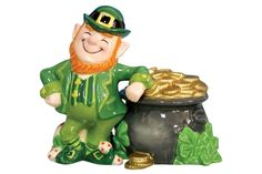 Leprechaun & Pot of Gold – Salt & Pepper Shakers | GeekAlerts