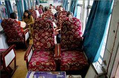 """Interior do 'Trem de Brinquedo"""" que faz a linha entre Kalka e Shimla em Himachal Pradesh, Índia. Existem mais de 20 estações neste sistema ferroviário que ainda utiliza o antigo Neales Token, sistema de instrumentos para o encravamento dos trilhos. Existem cerca de 900 curvas e a curva mais nítida é de 48º. A viagem de 5 hs é uma das melhores viagens de trem para o turista nas ferrovias indianas."""