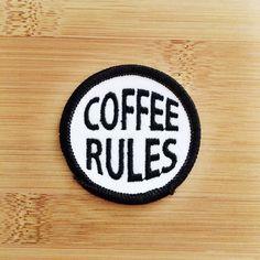 """Café reglas Patch - hierro o coser - 2""""- círculo bordado aplique - Negro blanco - frase divertida regalo Idea sombrero bolso accesorio hecho a mano USA"""