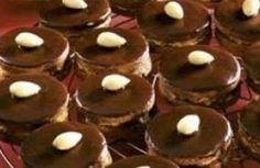 Ischelské dortíky 21 dkg hladké mouky 2 dkg kakaa 7 dkg mletého cukru 1špetka vanilkového cukru (tak na špičku nože) 4 dkg mletých ořechů 14 dkg másla špetka mleté skořice (nemusí být) mandle na ozdobení čokoládová poleva Graham Crackers, Biscotti, Tea Lights, Pudding, Cookies, Desserts, Food, Towers, Crack Crackers