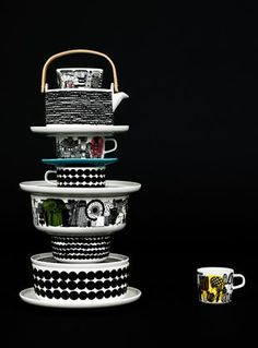 Beautiful dark image with a tower of Marimekko tableware www.nl for Marimekko servies / tableware Swedish Design, Home And Deco, Decoration Table, Wooden Handles, Scandinavian Style, Scandinavian Kitchen, Kitchenware, Dinnerware, Home Accessories