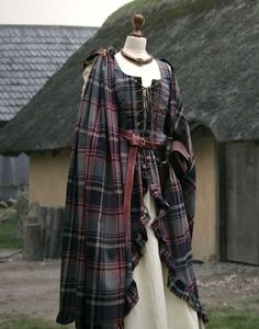 """Überkleid Schottin Mac Lane By popular request, we have now produced our dress """"Mary"""" in plaid and it resembles the Outlander robes, but of course … Medieval Dress, Medieval Fashion, Medieval Clothing, Historical Clothing, Viking Dress, Scottish Dress, Scottish Fashion, Renaissance Costume, Renaissance Dresses"""