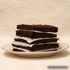 Az elmúlt héten sokféleképpen kísérleteztem cukkinivel. A rakott, a leves, és a főzelék is nagyon finom volt, de egyikkel sem éreztem úgy, hogy feltálaltam volna a spanyol viaszt. Ellenben ez a süti… nagy meglepetés volt. Nagyon kellemes textúrája lett, és tényleg nagyon-nagyon csokis!Egyúttal kipróbáltam sütiben a kókuszzsírt: működik, de a még meleg sütinek kicsit olajos...Read More »