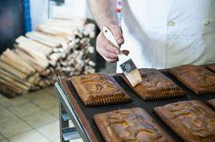 Damit die Appenzeller Lebkuchen (Appenzeller Biber) schön glänzen. Bild von Martina Basista
