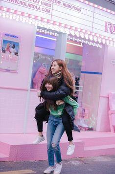 Lisa and Rosé Blackpink Kim Jennie, Jenny Kim, K Pop, Kpop Girl Groups, Kpop Girls, Oppa Gangnam Style, Photographie Portrait Inspiration, Mode Kpop, Lisa Blackpink Wallpaper