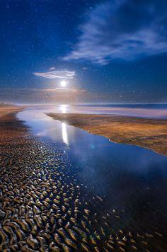 Incredible view. A moon rise at Folly Beach along the South Carolina coastline.