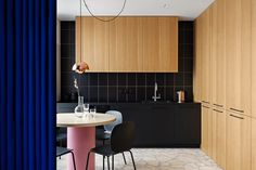 Mini casa flessibile color cobalto, cucina