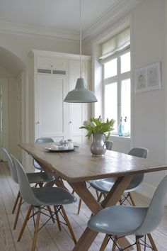 Pale grey/blue eames chairs. Forside - Høgh Bloggen - design & livsstil