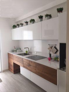 Soluzione di cucine moderne in legno impiallacciato con isola centrale