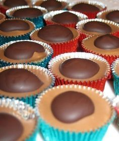 Toffifee - this is written in a foreign language. I can figure out how to make them. Not rocket science. Caramel, a hazelnut & chocolate. Christmas Goodies, Christmas Candy, Christmas Treats, Christmas Baking, Yummy Treats, Sweet Treats, How To Roast Hazelnuts, Homemade Candies, Candy Making