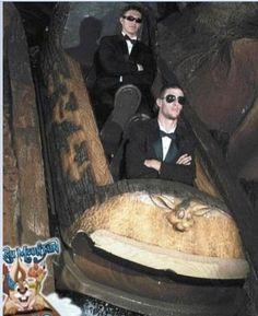 The best staged Splash Mountain Photos! Splash Mountain, Funny Images, Funny Photos, Cool Photos, Funniest Photos, Disney Cartoons, Roller Coaster Pictures, Roller Coasters, Rollercoaster Funny