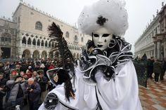 Dominiert wird der venezianische Karneval dennoch von traditionellen Kostümen...