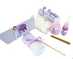 """""""É mais que uma lembrancinha, é uma Doce Surpresa""""    * * * As meninas adoram ter as mãos e as unhas bem cuidadas !!!!!!!!!!!! * * *    Este lindo kit contém:   1 Cestinha de papel cartão personalizada   1 Esmalte personalizado   1 Hidratante personalizado (30ml)   1 Lixa para unhas   1 Palito   ..."""