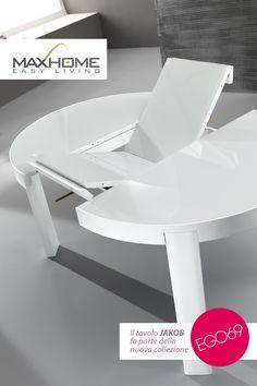 JAKOB è un originale tavolo tondo che, una volta allungato, acquista una piacevole forma ovoidale. La piana in vetro, presente anche nell'allunga, è sapientemente incastonata nel bordo del tavolo. JAKOB, disponibile nei colori grigio e bianco opaco, evoca emozioni e design d'avanguardia.