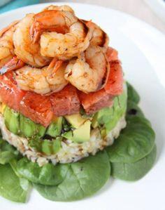 Pompelmo, avocado e gamberetti in insalata con riduzione d'aceto su riso integrale