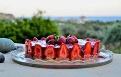 Τούρτα φράουλα με κρέμα γιαουρτιού - cretangastronomy.gr Christmas Images, Dessert Recipes, Desserts, French Toast, Cheesecake, Strawberry, Food And Drink, Fruit, Cooking