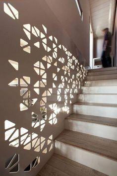 Placa metálica com desenhos triangulares para área da escada