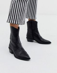 Buy Bershka western leather ankle boot in black at ASOS. With free delivery and return options (Ts&Cs apply), online shopping has never been so easy. Get the latest trends with ASOS now. Womens Leather Ankle Boots, White Ankle Boots, Chelsea Ankle Boots, Block Heel Ankle Boots, Chunky Sandals, Chunky Boots, Asos, Basket A Talon, Sneaker Heels