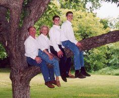From my new favorite website  www.awkwardfamilyphotos.com