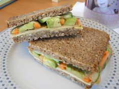 Auf Petras Brot zum Mittagessen seht ihr  Linsen-Kürbiskern-Pastete, Wilhelmsburger, Vleischkäse-Aufschnitt, Avocado, Gurke und Karotte. *
