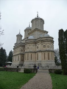 Curtea de Arges #Monastery  was raised by the Prince  Neagoe Basarab  of #Wallachia  between 1514 to 1517,   200 kilometers of #Bucharest. The legend says that  Manole,  the builder appointed by the Prince, sacrificed the life of his wife and then his own life to complete the project.  #CurteaDeArgesMonastery #MesteruManole #NeagoeBasarab #Romania #Orthodox #church