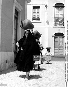 Frauen tragen Tonkrüge auf dem Kopf- um 1960 Nostalgic Pictures, Places In Portugal, Isadora Duncan, Photo Reference, Old Pictures, Terra, Folklore, Portuguese, Riding Helmets
