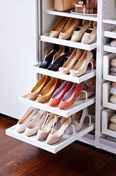 Обувь можно удобно расположить и в глубоком стенном шкафу с выдвижными полками