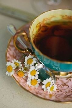 Make your hair lighter with camomile tea. Pour 2 cups warm water and 1 cup camomile flowers in glass bowl and cook it for 30 mins. Wash your hair as normal and use tea last time you rinse hair. Coffee Time, Tea Time, Coffee Coffee, Morning Coffee, Coffee Shop, Rosen Tee, Café Chocolate, Cuppa Tea, My Cup Of Tea
