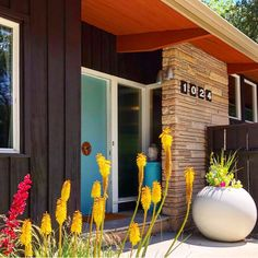 - Spring has sprung! 🌱 This Boise home is featuring yellow hot pokers. What is … Spring has sprung! 🌱 This Boise home is featuring yellow hot pokers. What is your favorite plant blooming around your mid-century home? Mid Century Landscaping, Modern Landscaping, Mid Century Modern Decor, Mid Century Design, Mid Century Exterior, Exterior Remodel, The Design Files, Retro Home, Mid Century House