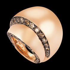 TUBETTO - 2013 - Pink gold - brown diamonds - Le reflet de l'esthétique et de l'audace architecturales de de GRISOGONO. L'excitation procurée par la dualité de silhouettes nettes, graphiques, épurées, contrastant avec le mouvement sensuel et enveloppant des courbes et des surfaces planes recouvertes d'une profusion de gemmes, s'enroulant autour de bagues et de boucles d'oreille.