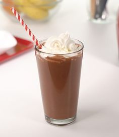 Chocolate Covered Cherry Smoothie Chocolate covered cherries anyone? This deliciously sweet shake satisfies your cravings without all the sugar! Get your dessert and protein too with this Chocolate Covered Cherry Smoothie Recipe. Cherry Smoothie, Smoothies With Almond Milk, Apple Smoothies, Slim Fast Smoothie Recipes, Shake Recipes, Keto Recipes, Keto Desserts, Diabetic Recipes, Brunch Recipes