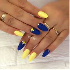 vernis flormar Ongles bleu et jaune Nails Yellow, Matte Pink Nails, Yellow Nails Design, Rose Gold Nails, Edgy Nails, Funky Nails, Oval Nails, Stylish Nails, Chic Nails