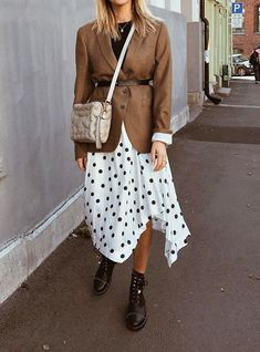 22 Midi Skirts You Can Wear Straight Through Fall - Mode Outfits, Fashion Outfits, Fashion Trends, Casual Outfits, Fall Winter Outfits, Autumn Winter Fashion, Winter Style, Looks Plus Size, Oldschool